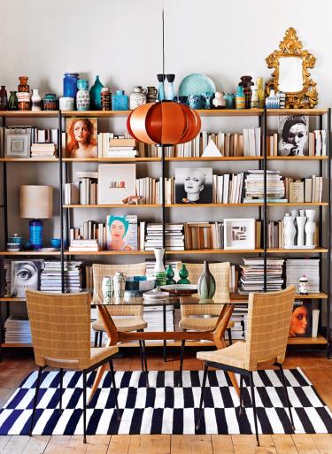 Vista frontal del comedor con la librería al fondo (Revista AD)